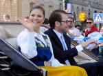 Victoria ve Daniel ilk kez halkı resmi selamladılar